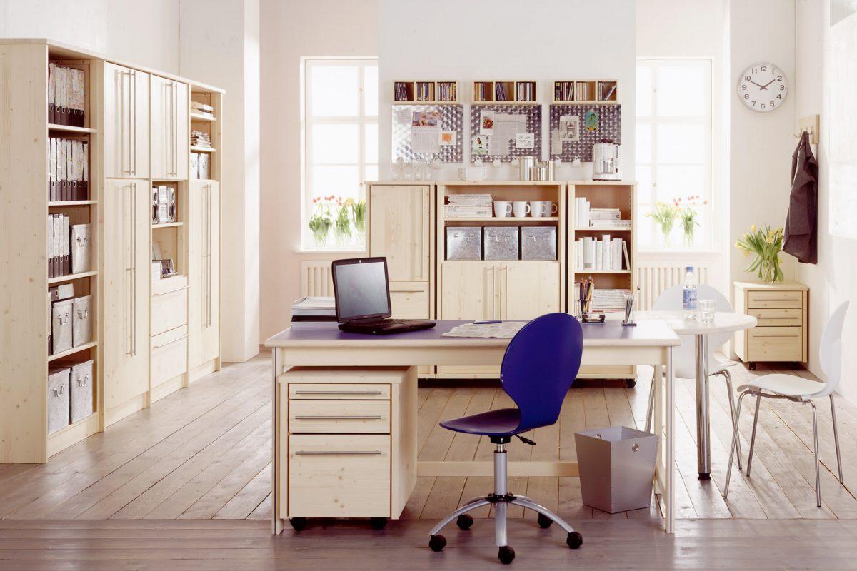 Ein hell eingerichtetes HomeOffice mit gefüllten Schränken und einem Schreibtisch mit blauer Tischplatte und einem passenden blauen Stuhl