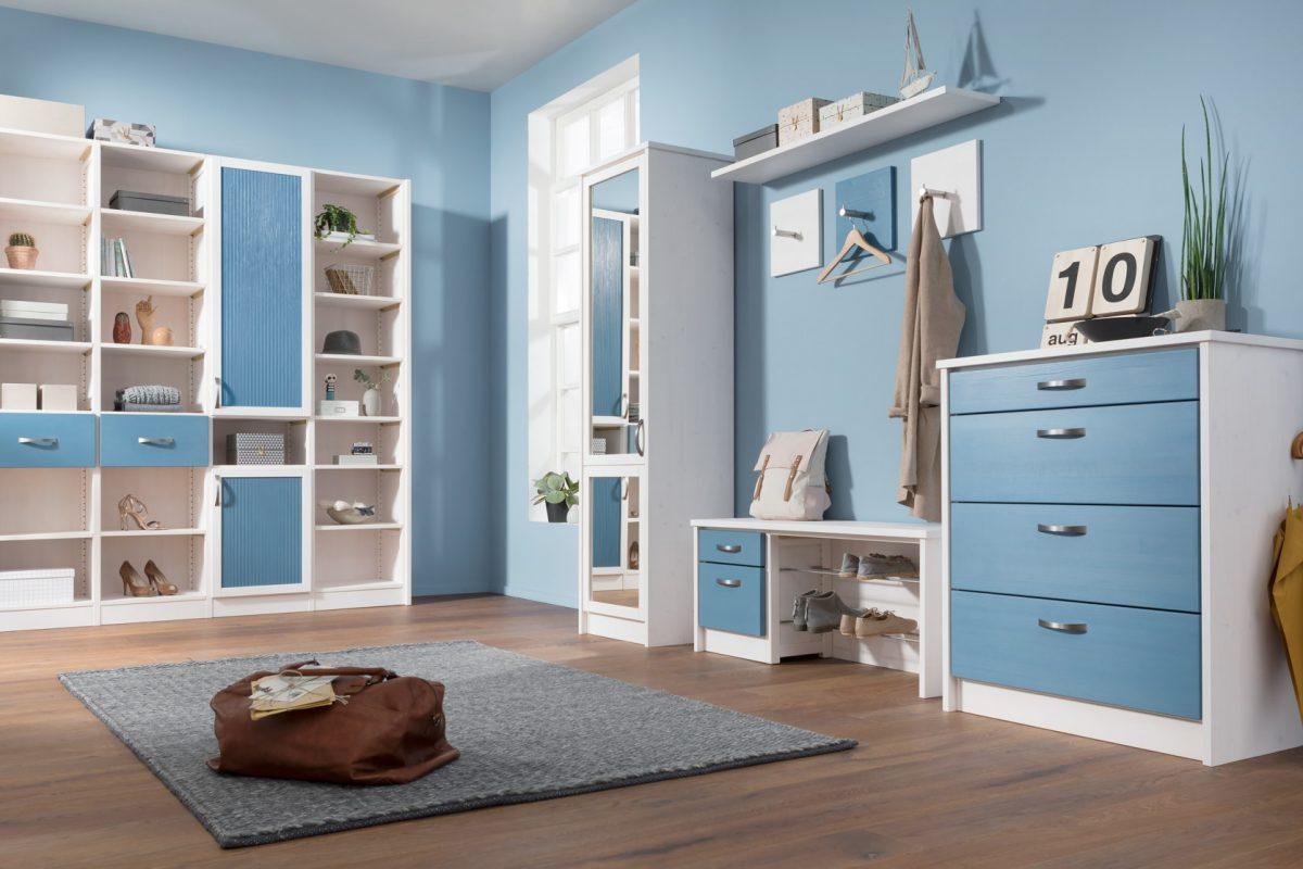 Wohnbereich Flur, ein heller Eingangsbereich mit blauen Wänden und Möbeln mit einer weiß blauen Oberfläche