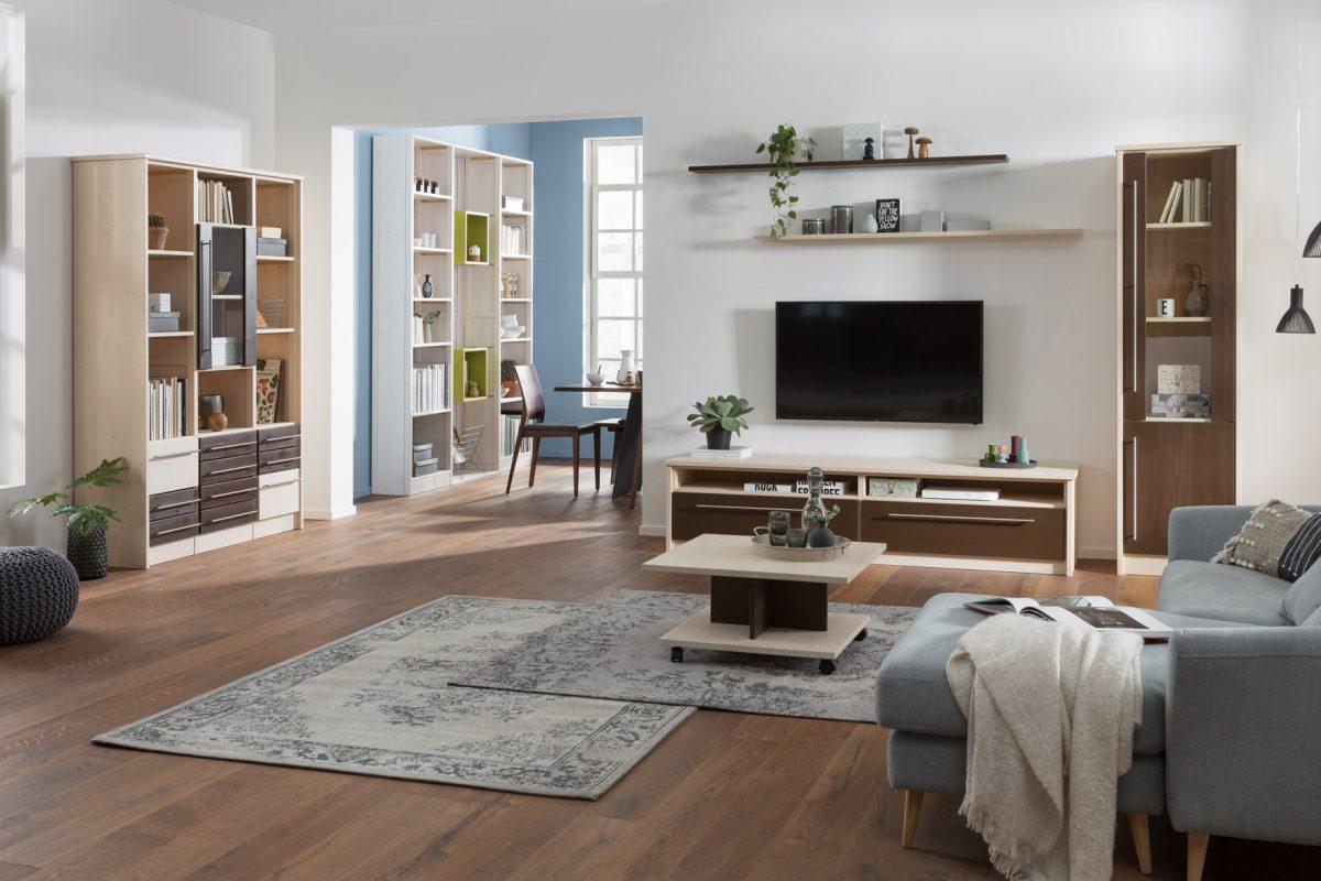 Ein stilvoll eingerichtetes Wohnzimmer mit Möbeln in natur und braun und hellblauen Elementen