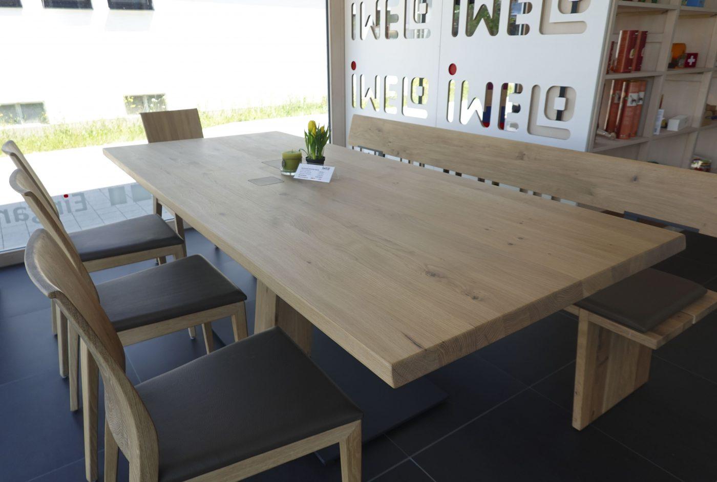 Reduzierter Tisch mit Stühlen